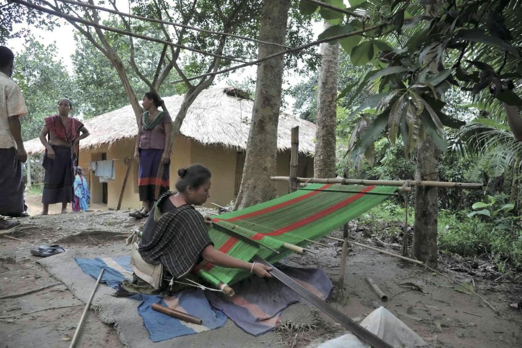 編み機を購入し織物を出荷するようになった受益者の女性