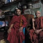208寺院の住職と(右)シュモンガル僧(左)