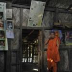 043スノモッジュテ僧侶と寺の中