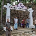 127お寺の入り口で向かえてくれたガグラ村の人達