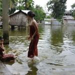 066バンダルバン市内沐浴するマルマの少女