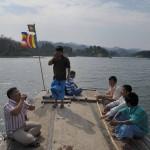 134ボートのルーフに乗って村に向かう