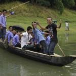 030ボートで学校に通うチャクマ族の学生