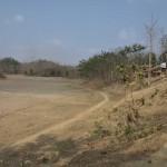 074小さな丘の上に位置するドッキンドルボバラ村と日干しレンガ製造予定地の農地