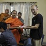 078追加金を受け取るスノモジュテ僧侶