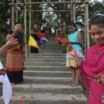 139寺の階段で花を蒔きながら歓迎