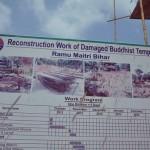 004 Ramu Maitri Bihar寺院の倒壊時と復興のプロセスを記した看板