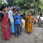 218ダンマピロ僧(右)とシアルブッツ村の人々