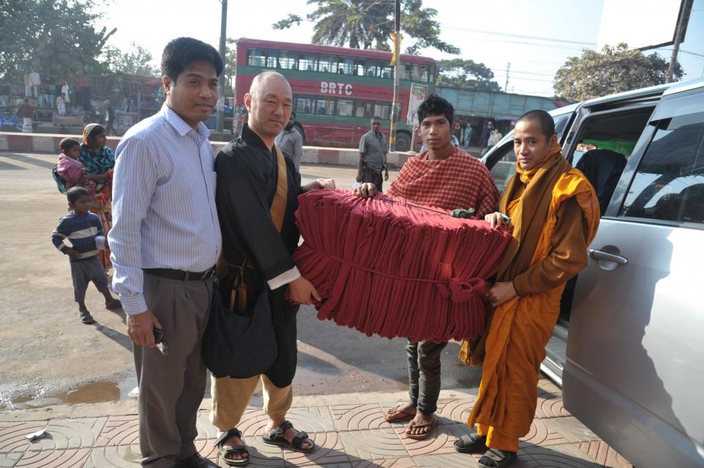 ラグニア地区シャモンガルテル僧寺院内孤児院へ・毛布30枚を寄贈